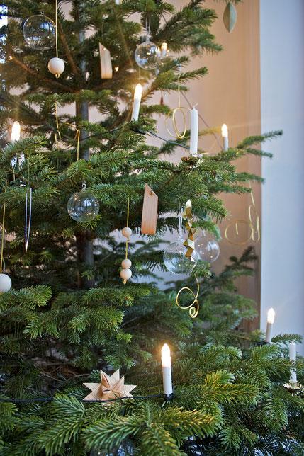 dieartigeBLOG - Weihnachtsbaum-Dekoration in Gold, Glas, Holzkugeln und Papiersternen