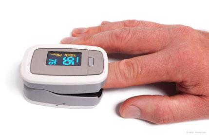 Pulsoximeter für die Überwachung des Pulses und der Sauerstoff-Sättigung des Blutes