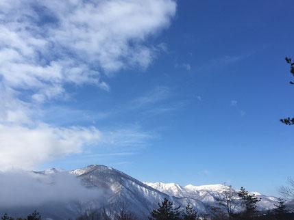 1月30日 ペンション前の道より 快晴の乳頭山、小高倉山