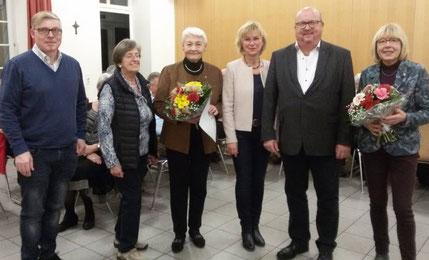 (v.l.n.r.) Vorstandsmitglieder Udo Weber und Brigitte Doetsch, Jubilarin Hildegard Schneider, Vorsitzende Pia Zeyen, Präses Dechant Michael Rams, Jubilarin Eidth Färber.