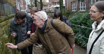Prof. Dr. Daniels bei seiner Flechten-Exkursion in der Innenstadt von Münster