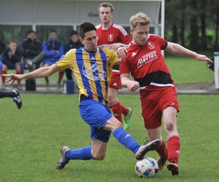 Till Hockmann (rechts; hier noch im Loga-Trikot) wechselt zum VfL.