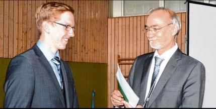 Das beste Zeugnis aller Schulabgänger erhielt Marcel Bruder (l.) aus der Hand von Schulleiter Ronald Radtke.