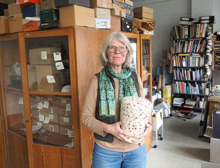 Die Hamburger Künstlerin Ina Hattebier mit einer ihrer selbstgemachten Urnen in ihrem Atelier in Hamburg-Altona. Foto: Christoph Schumann, 2020