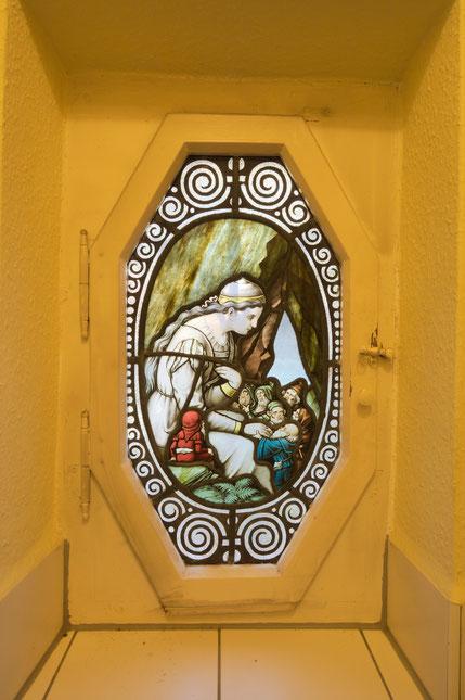 """Immobilienfoto: korrekter Weißabgleich für die Buntglasscheibe, Rahmen, Tapete und Kacheln in """"nikotingelb"""""""