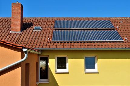 Unsere Solarthermie auf dem Dach sorgt in den Sommermonaten für die komplette Warmwasserbereitung durch die Sonne und unterstützt im Winter und Frühjahr die Holzpelletsheizung. Foto: Kochendörfer