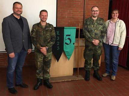 Patenbatterie mit unseren Vorsitzenden v. li. 2.Vorsitzender Markus Hoffmann, Hauptmann Enrico Harling, Major Christian Kidon, 1.Vorsitzende Isabell Alm