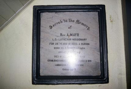 Erinnerungstafel an Missionar Mayr, den ersten Pfarrer