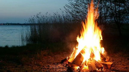 Abb. Lagerfeuer am See