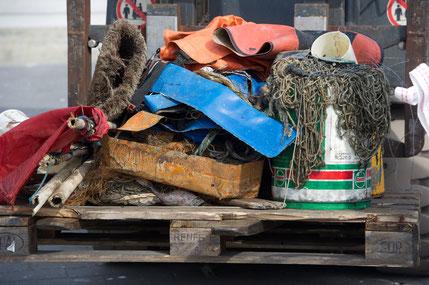 """Müll, der nicht ins Meer gehört: Vor der Ostseeinsel Rügen fanden Fischer Gummistiefel, Anglerhose, Fußmatte, Plastikeimer und -planen sowie alte Netze. (Müllsammelaktion """"Fishing for Litter"""": NABU/Stefan Sauer)"""
