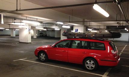 Auto in Tiefgarage mit Surfgepäck auf dem Dach