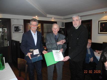 von links, Josef Kaiser (Geschäftsführer), Viktor Mögenburg (Jubilar), Claus Gingter (1. Vorsitzender) © J. Kaiser