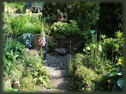 Rückzug und Ruhe findet jeder i diesem runden, vertieften Garteneck.