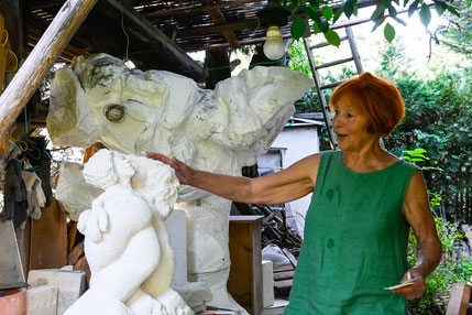 Mechthild Korn in ihrem Skulpturengarten (Foto: Annette Richter)