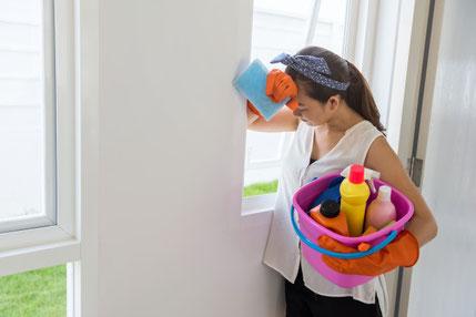 https://www.freepik.es/fotos-premium/mujer-cansada-descansando-ventana-despues-limpiar-casa_2062051.htm