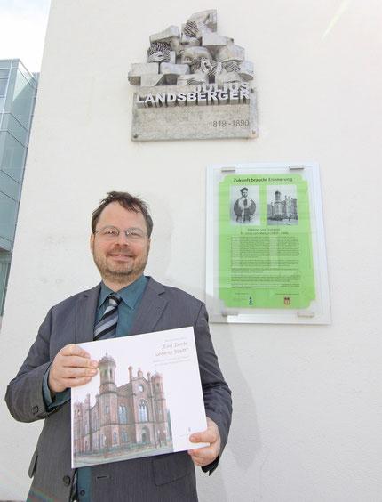 FLS-Vorsitzender Martin Frenzel vor den beiden Rabbi Julius Landsberger-Gedenktafeln / Foto: Arthur Schönbein (Darmstädter Tagblatt)