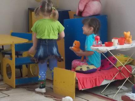 Девочки играют в домик