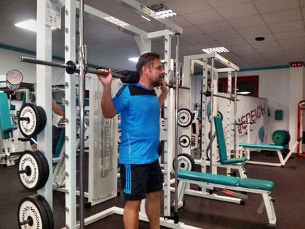 Volker trainiert Kniebeugen im Rack im p:i shape Potsdam