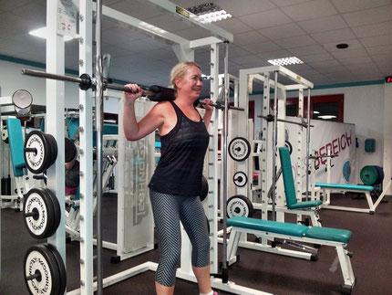 Daniela Kniebeugentraining im Rack im p: i shape Potsdam