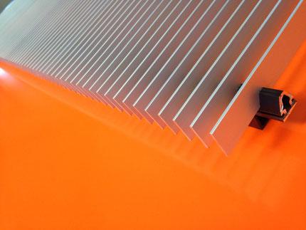 Lamellengitter | Kammrost verpresst (Lamellenhalter und Lamellen mit unterschiedlicher Oberfläche möglich). Lamellengrösse und Abstand anpassbar.