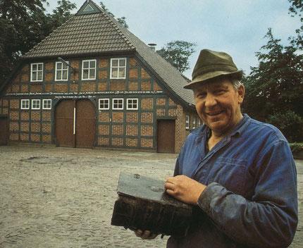 Julius Meyer vor seinem Hof mit de Haus-Bibel von 1767 (Foto aus GEO 1981)