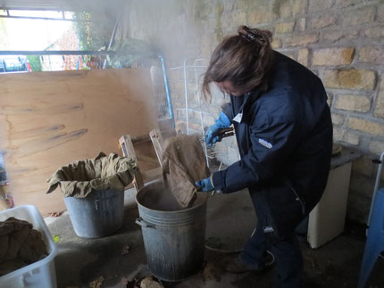 Etoffe Meuse, émanation du centre social et culturel de Stenay ; Béatrice Cardot en pleine fabrication des musettes du poilus