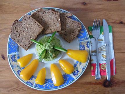 """Avocado - Brotaufstrich, pikant gewürzt mit frischen Kräutern. Dazu frisches """"Urbrot"""" von """"alten"""" Getreidesorten und aus dem vollen Korn."""