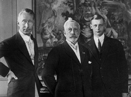 Kaiser Wilhelm II. (Mitte), Kronprinz Wilhelm von Preußen (links) und Wilhelm Prinz von Preußen im Exil. Bundesarchiv, Bild 102-01280 / CC-BY-SA