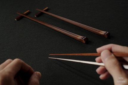 煤竹箸に仕上げの漆を重ねます