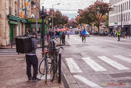 Travailleur précaire en vélo, manifestation intersyndicale de la Fonction publique. Bordeaux, 10/10/2017