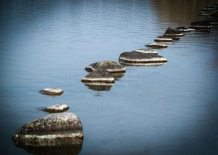 Weg aus Stolpersteinen