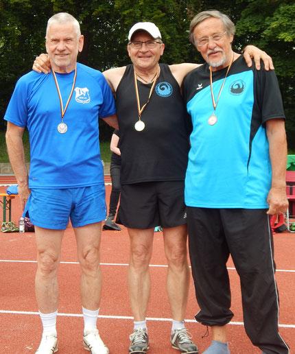 V. l. n. r.: Günter Metz (2.), Günther Jakob (1.) und Johannes Kramp (3.) nach dem Standweitspringen!