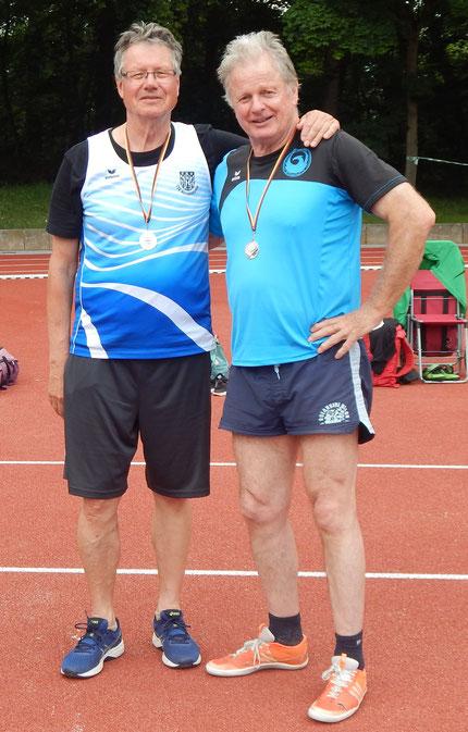 Hartmut Pfeifer (links) und Gerhard Zachrau nach dem Weitsprungwettbewerb.
