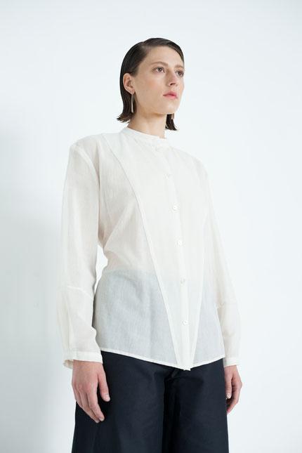 klassisch: schlichte Bluse aus cremeweißer Bio-Baumwolle
