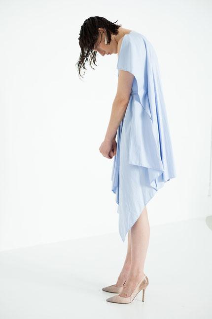 modern: drapiertes Cocktailkleid aus hellblauer Bio-Baumwolle