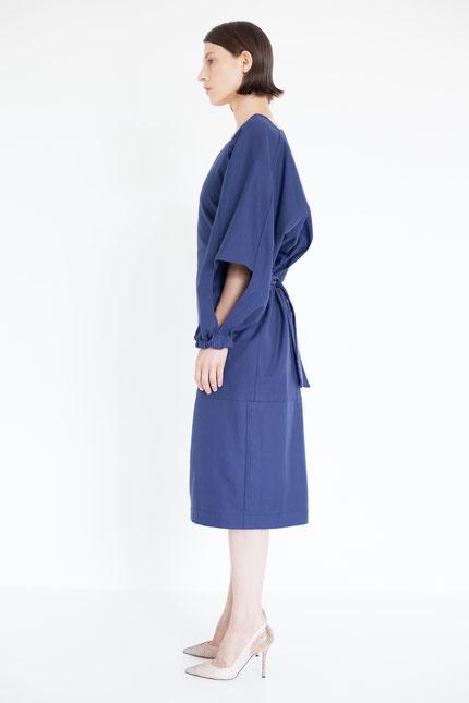 schlicht: nachhaltiges Midi-Kleid in dunkelblau