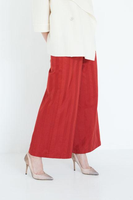 elegant: gerade zero-waste Hose aus rotem Bio-Satin