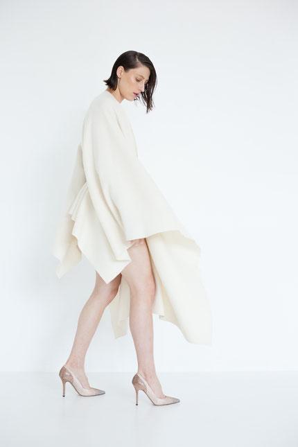 elegant: schlichtes Cape in cremeweißer Bio-Wolle