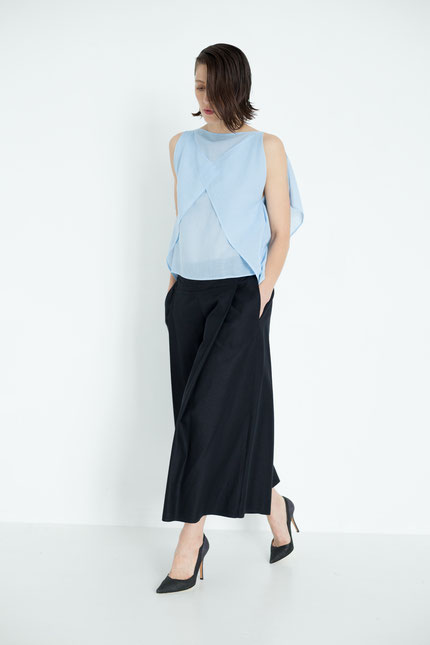 modern: schlichtes zero-waste Top aus hellblauer Bio-Baumwolle