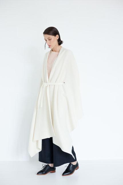 zeitlos: nachhaltiges Cape aus weißer Bio-Wolle