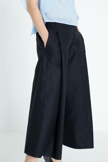 elegant: weite, zero-waste Hose aus schwarzer Bio-Baumwolle