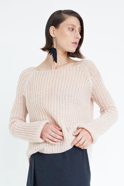 schlicht: pflanzlich gefärbter Pullover aus handgestrickter Bio-Wolle