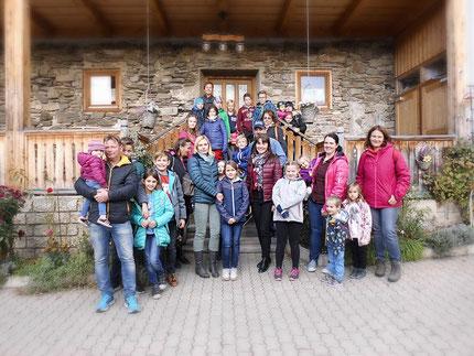 28.10.2018 gemeinsamer Ausflug mit insgesamt 27 Kinder und 17 Erwachsene, (nicht alle am Gruppenfoto) beim Buschenschank Messner in Maria Lankowitz, organisiert von Roswitha Hafen, finanziert von Licht ins Dunkel.