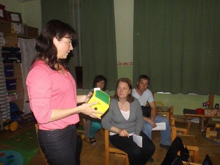 """Vortrag :""""Lesen, Rechnen und Schreiben lernen, bitte ohne Schwierigkeiten"""" im Kindergarten Mooskrichen mit Roswitha Hafen, organisiert durch die Leitung Gößler Maria."""