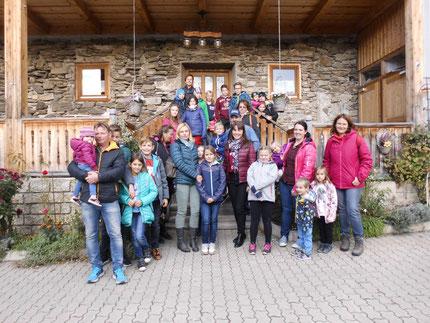Insgesamt 27 Kinder und 17 Erwachsene (nicht alle am Foto), waren beim Buschenschank Messner zu einem gemeinsamen Ausflug eingeladen. Organisiert von Roswitha Hafen, finanziert von Licht ins Dunkle.