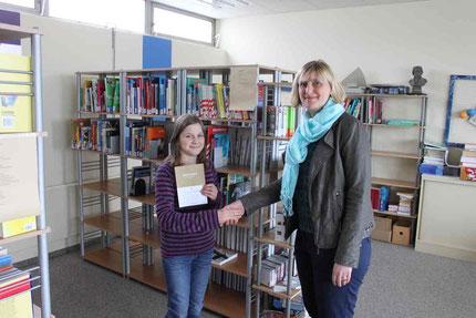 Konrektorin und Deutschlehrerin Stephanie Hillmann gratuliert der stolzen Siegerin