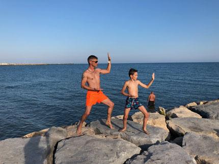 Olivier et Mathis aux Saintes maries de la mer