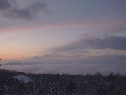1月20日 朝6時45分頃 ペンション2階の和室から望む朝焼けと雲海(facebookページにもUPしました)