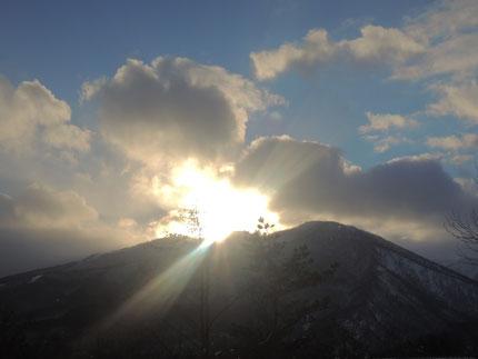 1月25日 ペンション庭より 小高倉山に沈む夕陽のダイヤモンドヘッド(?)