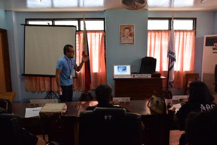 町内の全てのBarangay Captain が集まる会議で、環境保全についてプレゼンテーションをしている様子です。※Barangay : フィリピンの最小の地方行政単位。